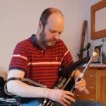 Donnacha Dwyer stimmt ein von ihm neu gebautes Set in der Schweiz ein.